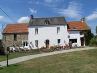 Maison en pierre en bon état avec gîte attenant et dépendances.  Située entre les villes de La Haye du Puits et Lessay
