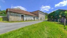 Granges/maison a rénover. Bien située avec une vue du Lac Mas Chaban et Massignac.