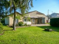 Dans un petit hameau proche de Saint Meard de Gurçon, ferme en pierre offrant 3 chambres et une dépendance aménagéable.