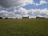 Beau terrain avec permis de construire à l'orée d'un hameau avec vue imprenable sur le château de Chalais