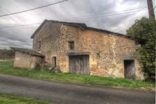 Petite maison en pierre à rénover. Potentiel de créer un pied à terre superbe!