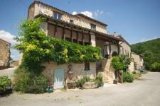 Maison de village rénovée et ensoleillée (datant en partie du 11e siècle), 3 chambres et jardin, à prox. de St Antonin Noble Val.