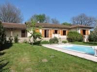 Périgord Noir - Belle maison de plein pied avec piscine couverte à l'orée d'un village avec toutes commodités