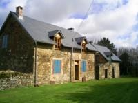 Deux maisons en pierre à rénover sur grand jardin avec belle vue, four à pain, cave et puits.