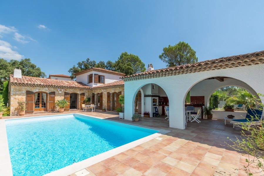 Maison vendre en paca var st raphael superbe villa de for Prix piscine 10x5m