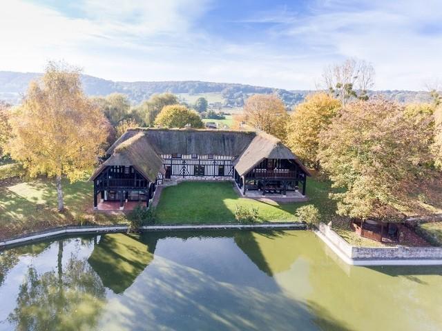 maison vendre en haute normandie eure pont audemer cette magnifique chaumi re avec vue sur. Black Bedroom Furniture Sets. Home Design Ideas