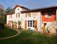 Dans un cadre privilégié, magnifique ferme du XIXème siècle en pierre avec jardin et dépendances.