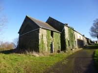 Maison mitoyenne à rénover avec terrain attenant, située à 2km du bourg de Langourla, prix à débattre