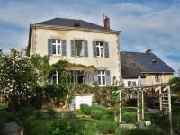 Maison rénovée à usage de chambre d'hôte et salon de thé, dans un village avec commodité.