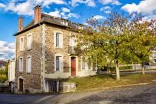 Maison avec jardin au coeur d'un très beau village, proche des commerces et d'un lac de baignade.