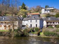Maison de village avec jardin et vue dégagée sur la rivière La Vézère et le vieux pont monumental.