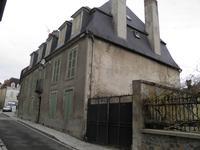 Grande maison de ville sur quatre niveaux, 9 chambres. Granges, cour, jardin, garage.