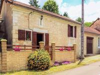 Jolie maison de deux chambres, petite cour, jardin et garage, située dans le petit village de Saint Pierre de Cole, entre Brantome et Saint Jean de Cole.