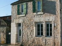 Une maison de ville, au coeur de Chalais, au pied du Chateau, rénovée complètement.