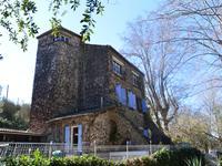 Dans les environs de Sète, proche de la Méditerranée, ancien moulin rénové avec des chambres d'hôtes, une piscine et un ravissant jardin.