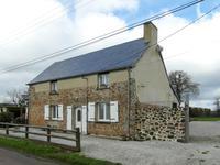 Maison indépendante de caractère en pierre et en état impeccable à 3 chambres avec garage dans un village près de La Haye du Puits.