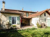 Maison de trois chambre, rénovée avec goût, jardin clos, dans un joli village dynamique.