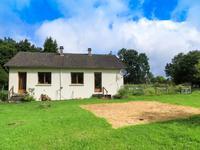 Un bungalow de deux chambres situé sur un peu plus de 3000m² de jardin dans un hameau calme. Que souhaiter de plus!