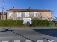 Immeuble comprenant deux maisons à rénover, avec un jardin, garage et grange, situe dans le village de Mialet