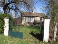 en pleine campagne , a 1 km  d une ville , beau de  projet de rénovation pour cette petite maison