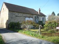 Petite maison à rénover avec une grange et une porcherie sur un terrain de 990m² dans un hameau à 40km au sud de Limoges.