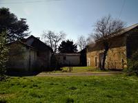Ancienne ferme en pierre avec cour intérieure, dépendances, grange d'époque sur (4000m2) de terrain (proche du village de la truffe noir du Périgord).