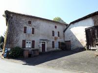 Située au centre de Massignac; une maison de 4 chambres, à restaurer. Branchée au tout-à-l'égout il y a une grange attenante, cours et jardin.