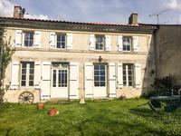 Charmante maison rénovée de 2 chambres avec jardin et garage, située dans un petit village calme proche de St Aigulin sur les frontières de la Charente Maritime et de la Dordogne.