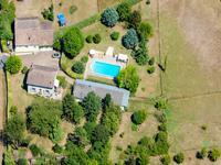 Belle maison avec maison d'amis, garage, grande piscine, jardin et chenil pour 8 chiens.