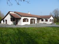 Grande maison avec étang sur un terrain de 8199m² au centre de Moncoutant.