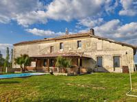 Très belle maison Girondine en moellons de 260 m2 restaurée avec goût et de belle qualité ... au beau milieu des vignes !