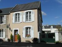 Une maison de ville élégante avec un gîte. La maison en pierre a été rénovée et elle est située dans la ville de Carentan qui a un port de plaisance