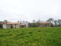 Maison à rénover avec une grange et des dépendances, 1,5 hectares de terrain - possibilité de faire un gîte.