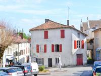 Ici vous avez possibilité d'acheter un bien avec beaucoup de potentiel au cœur du très beau village de Verteuil-sur-charente avec son beau château et la rivière qui passe à travers.
