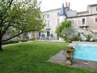 Magnifique HOTEL PARTICULIER dans centre d'une ville animée, avec jardin clos, piscine et garage/dépendances! CH potentiel!