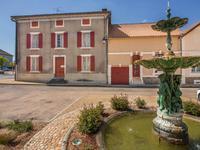 Maison de maitre avec jardin et cinq chambres, beaucoup de potentiel, se situe dans le centre du St Pardoux La Rivière.