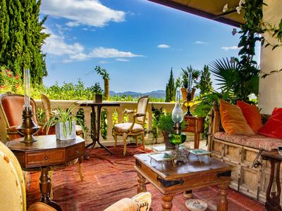 Mansion of around 350 m² with superb view of the village of Callian and the mountains. 10 mins walk to the village!