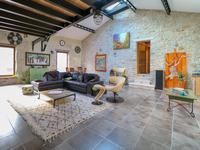 Grande opportunité pour la maison de village (420 m²) récemment rénovée avec des matériaux de grande qualité avec studios indépendants, cour privée, garage et grand potentiel commercial dans le charmant village médiéval.