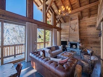Magnifique chalet de ski haut-de-gamme avec 4 chambres et une cabine -en vente exclusivement chez Leggett Immobilier- situé dans le joli village de Villarabout à seulement 1 km de Saint Martin de Belleville et des remontées mécaniques des 3 Vallées. Ne manquez pas les tours virtuels 360 disponibles seulement sur le site de Leggett