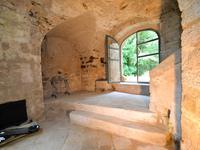Demeure fortifiée du XVème, avec atelier d'artiste, située en surplomb de la rivière de Chassezac, avec vues imprenables sur le pays des Vans. 3,6 hectares y compris une rivière et de beaux terrains aménagés en jardins fleuris - cadre isolé et magique