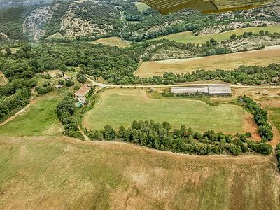 Superb estate and farm of 166 hectares in Provence, 2 houses, agricultural buildings, land and forests