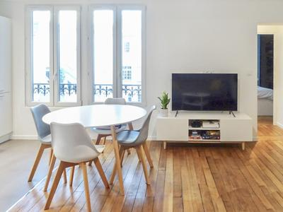 Paris 75003 - Le Haut Marais/Beaubourg, charming 2 Rooms of 46m2 (45.58m2 LC), renovated in 2018 with oak flooring, moldings and 2 fireplaces, facing N/W on quiet courtyard, on the 5th floor of a Haussmannian building well maintained. Ideal 1st acquisition, Parisian base (see Plan and 360).