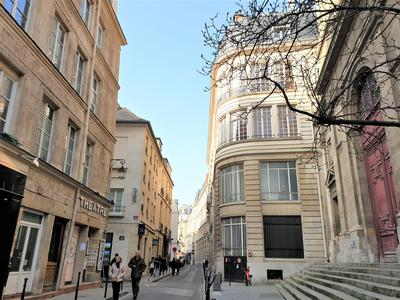 Paris 75004 – Prestigious address at the heart of the Marais, like a house on rooftop around a cosy terrace, atypical duplex apartment of 82.40 m2 (57.25 m2 Carrez low) located on the top floors (3rd & 4th) of a 1830 historic building, full of charm and ideally peaceful and bright