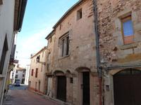 Ancienne 'maison consulaire' ou maison de marchand du 17e siècle, dotée d'une façade historique et terrasse, dans un village historique près du Canal du Midi.