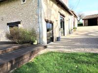 Belle maison en pierre avec piscine à LEGUILLAC DE L'AUCHE