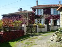 Charmante maison en pierre, agréablement rénovée, 4 chambres, un garage, belle grange avec étage, et jardin. Située dans un hameau calme entouré d'une belle campagne.