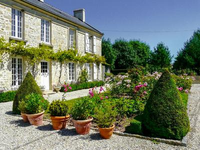 Superb 5-6 bedroom house 15 mins walk from the famous Omaha Beach. Private courtyard, terraces, ornamental gardens. Ideally located close to amenities. Bayeux at 15min. Caen and Cherbourg ferry ports within an hour.