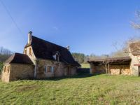 A proximité des EYZIES, charmante ferme restaurée avec une nouvelle extension et des dépendances, située dans plus de 14 hectares de pré et de forêt.