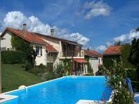 Ensemble immobilier avec maison en pierre, 2 gîtes, granges, piscine et terrain près du Grand Brassac