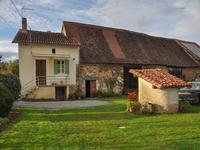 Maison de campagne avec grande grange attenante, au calme, en Périgord Vert, en Dordogne.